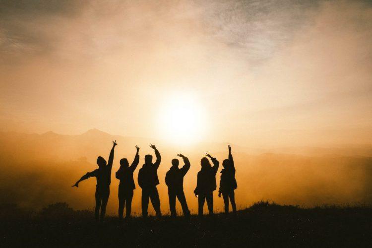 grupp med människor på en kulle