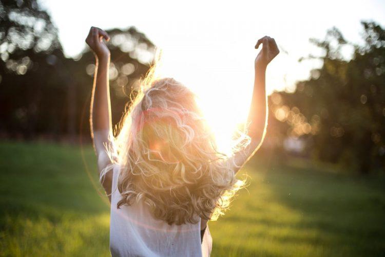Tjej som hoppar i solen