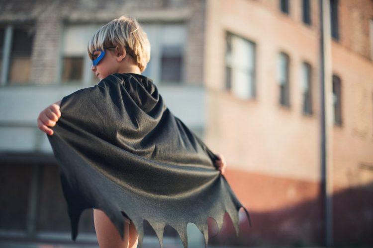 Barn utklädd till superhjälte